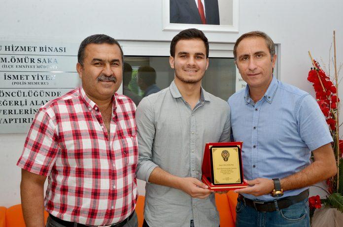 Yüksek Öğretim Kurumları Sınavı'nda (YKS) Türkiye genelinde 35'inci olan Hüseyin Girenes Fen Lisesi öğrencisi Hilmi Kızıltaş'a Alanya Çocuk Büro Amirliği tarafından başarı plaketi verildi