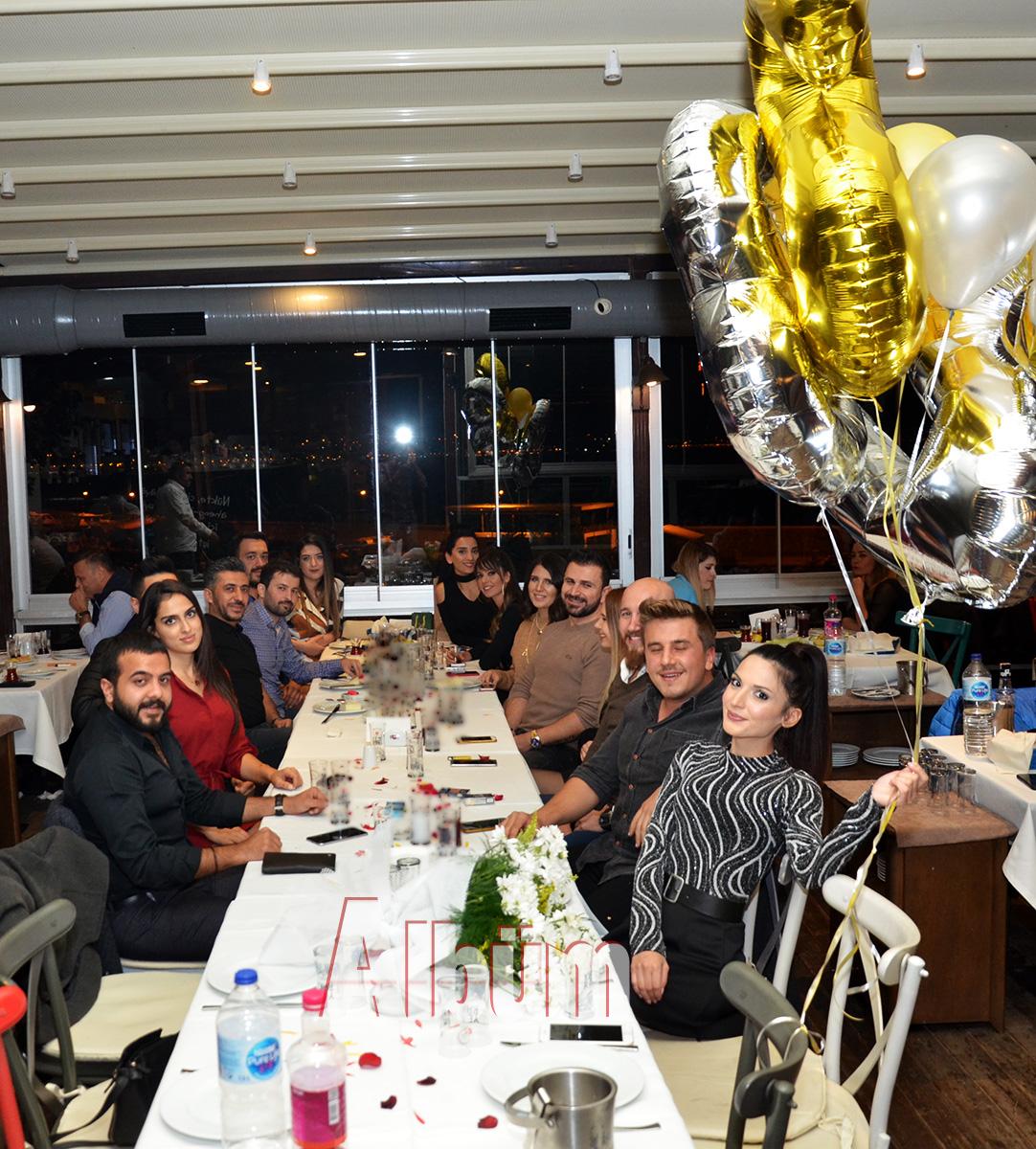 Yeni yaşını dostlarıyla kutladı