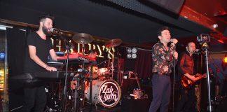 Sevilen Rock müzik gruplarından Zakkum, Harry's Pub'da hayranlarına unutulmaz bir konser sundu.
