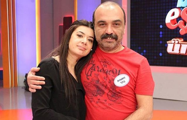 Ünlü oyuncu Ayhan Taş, eşi Esin Taş'tan anlaşmalı olarak 15 dakika içinde boşandı. Çiftin kızlarının velayeti ise anneye kaldı.