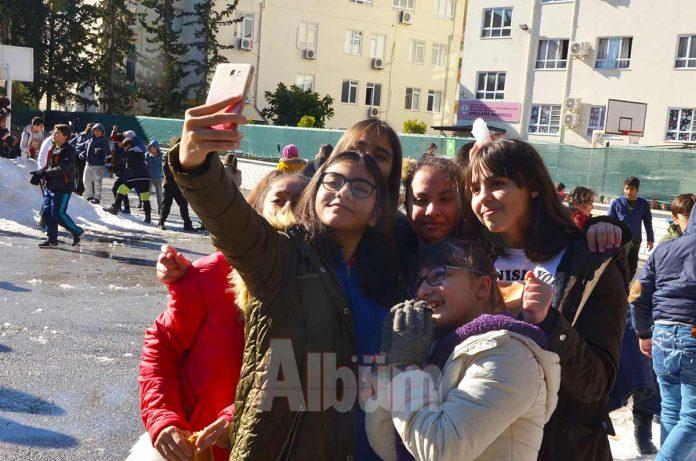 Alanya Belediyesi'nin iskelede vatandaşları kar ile buluşturmasının ardından Barbaros Azakoğlu Ortaokulu da öğrencilerine kar sürprizi yaşattı.