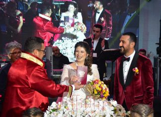 Raziye Divriş ile Turizmci Bülent Erdem, Doğanay Hotel'de düzenlenen düğün töreni ile hayatlarını birleştirerek evliler kervanına katıldı.