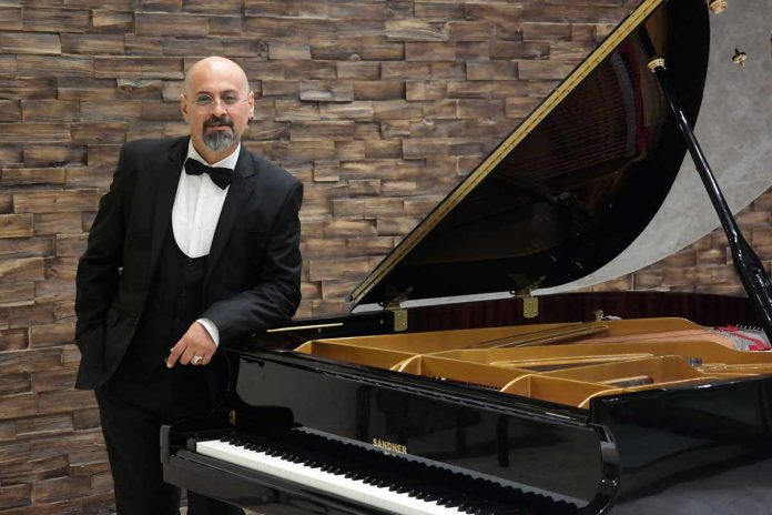 Alanya'da ilk kez düzenlenecek olan piyano resitalinde 3 buçuk-30 yaş aralığında 28 piyanist sahne alacak. Alanya Piyanota tarafından Siavash Shahani ve Esin İpekoğlu koordinasyonunda Genç Piyanistler Resitali düzenlenecek. Kokteyl ile başlayacak olan etkinlik Waldorf Alanya Özel Yaşam Okulları'nda 3 Mart 2019'da 16.00-18.00 arasında yapılacak. Alanya'da bir ilk olma özelliğini taşıyan resitalde 3 buçuk-30 yaş aralığında 28 piyanist sahne alacak. Waldorf'un akustik amfi tiyatrosunda akustik piyanoyla verilecek resital ücretsiz olarak izlenebilecek. Yetkililer, etkinliğin sanat ve eğitim amaçlı olduğunu açıkladılar.