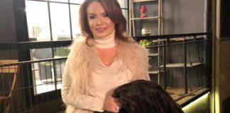 Şarkıcı Pınar Eliçe, son zamanlarda Bülent Ersoy ve Hadise gibi isimlerin giydiği kürkleri protesto etmek için 300 bin TL değerindeki Bizon kürkünü yaktı.