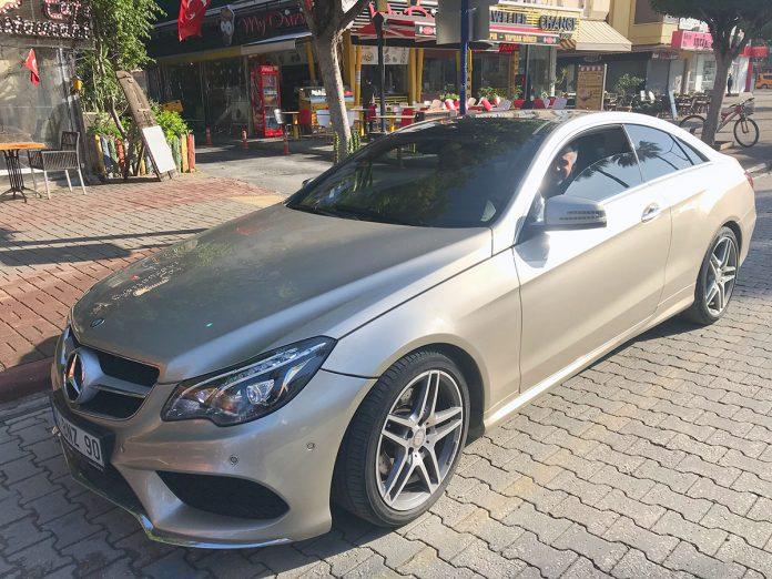 Birkaç ay önce yeni araba alan Alanya'nın ünlü kuaförü, aracını park ederken ALBÜM objektifine yakalandı.