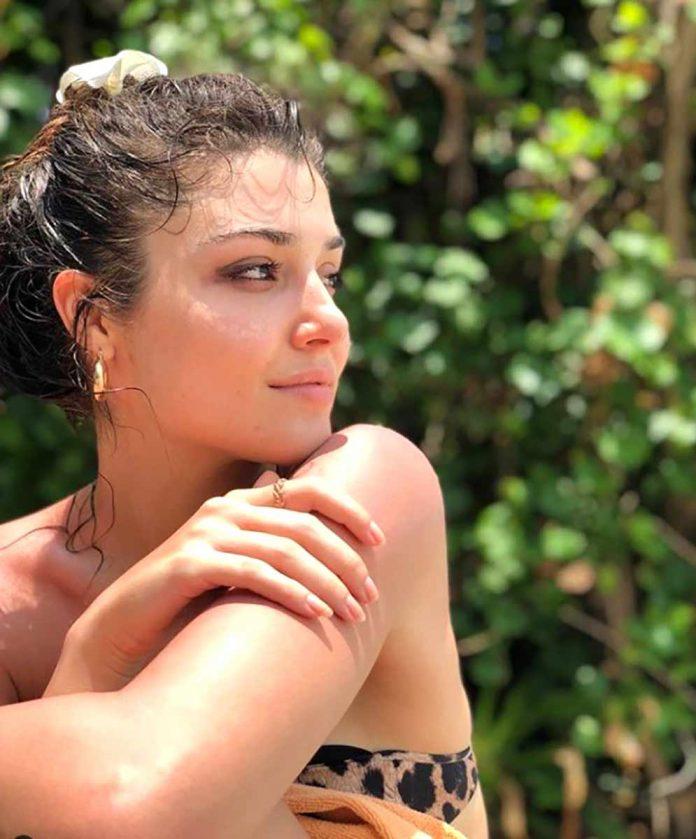 Ocak ayında annesi Aylin Erçel'i kanserden kaybeden güzel oyuncu Hande Erçel, önceki gün moral tatiline çıktı. Erçel, ablası Gamze Erçel'le Maldivler'e gitti.