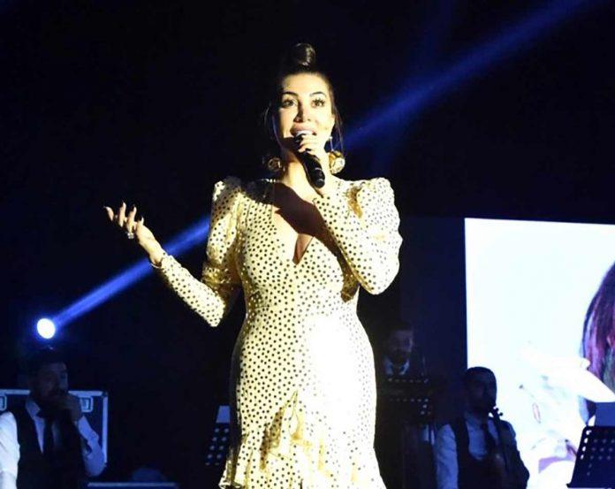 Şarkıcı Ebru Yaşar, '8 Mart Dünya Kadınlar Günü' nedeniyle düzenlenen konserde