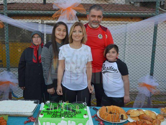 Alanya Belediyesi'nde tenis antrenörü, hakem ve oyuncu olan Seyhan Demir yeni yaşını öğrencileri, velileri ve sevenleri ile jandarma tenis kortunda kutladı.