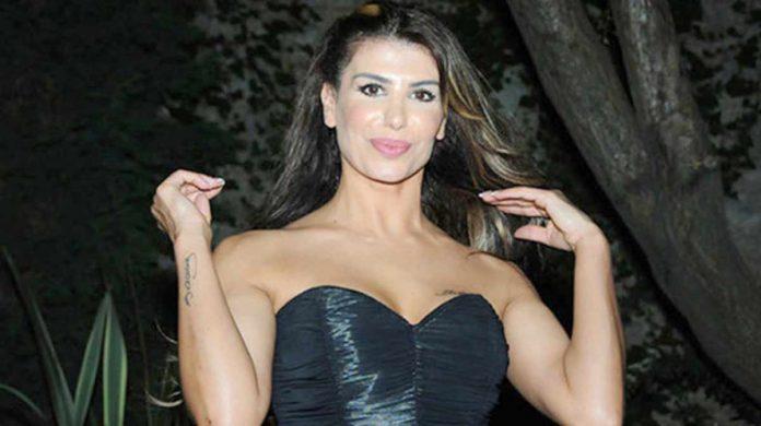 Şarkıcı Hatice, önceki hafta Muammer Ketenci'nin defilesinde elbisenin kuyruğunu kaldırarak kalçasını gösterdi. Modacı Muammer Ketenci, Kanal D ekranlarında yayınlanan Müge ve Gülşen'le 2. Sayfa programına konuk oldu.