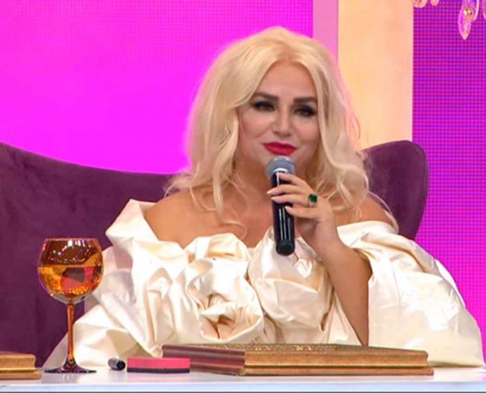 2. Sayfa programında oyuncuların şarkıcılık yapmasıyla ilgili Banu Alkan'a gönderme yaptı. Canlı yayına telefonla bağlanan Alkan,
