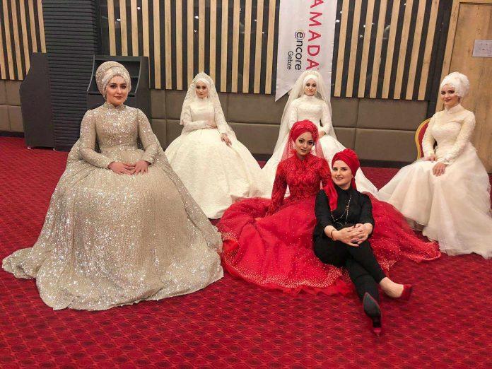 İstanbul'da düzenlenen eğitim programında eğitimci olarak bulunan Alanya'nın tanınmış kuaförlerinden Mürüvet Guzyaka, eğitimden ve defileden elde edilen gelirin bir kanser hastasının tedavisi için kullanılacağını söyledi.