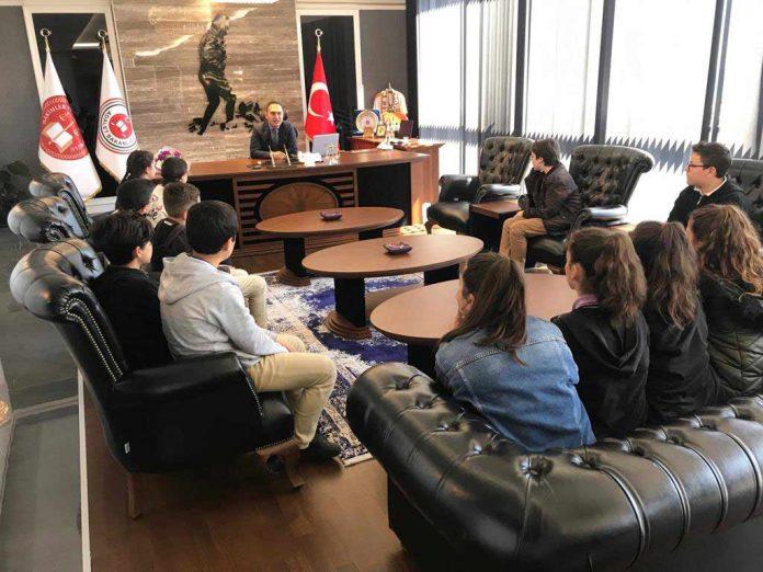 Alanya Cumhuriyet Başsavcısı Yasin Emre, geçtiğimiz hafta Barbaros Azakoğlu Okulu'ndan bir grup öğrenciyi makamında ağırladı.