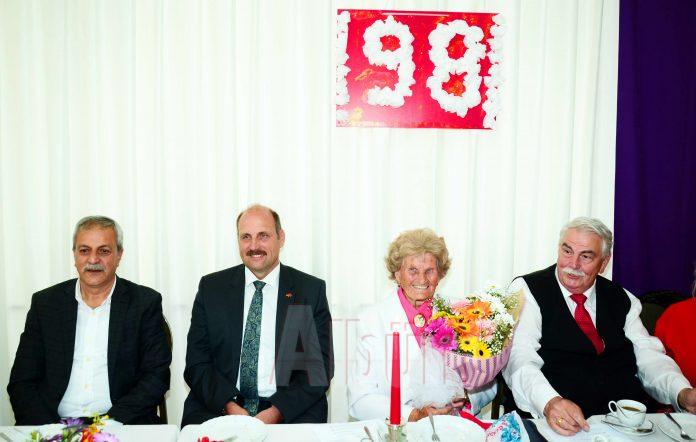Alanya'da yaşayan Almanya vatandaşı Anni Paare 98. yaşını Alman Kilisesi'nde dostları ve sevenleriyle birlikte kutladı.