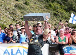 """Dünyanın en güçlü sporcularının yarıştığı """"MLO Strongman Champions League"""" Alanya Kleopatra Plajı'nda gerçekleştirildi. """"Strongman 2019 Dünya Serisi""""nin üçüncü yarışı olarak takvimde yer alan yarışlarda mermerleri kaldırmada Dennis Kohlruss, 25 kiloluk portakal filelerini en uzun tutma yarışında ise Travis Ortmayer birinci oldu."""