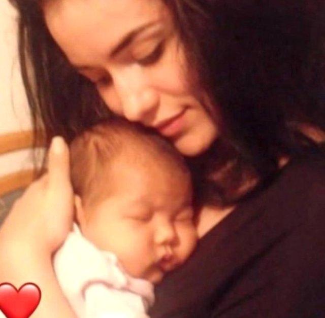 Oyuncu Burak Özçivit ve Fahriye Evcen'in iki hafta önce dünyaya gelen oğulları Karan'ın ilk fotoğrafı olduğu iddia edilen görüntü sosyal medyada gündem oldu.