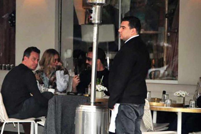 Ünlü oyuncu Ekin Mert Daymaz'la ayrıldıkları konuşulan stil danışmanı Eliz Sakuçoğlu, iş insanı Önder Bekensir ile görüntülendi.