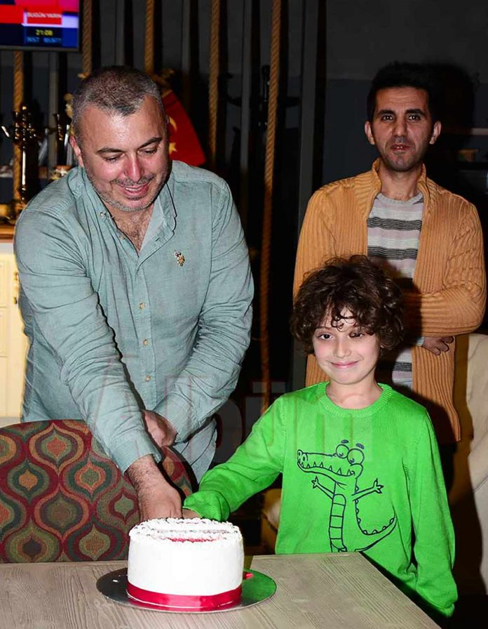 Festivall.com.tr ekibi sitenin kısa sürede 10 bin ziyaretçiye ulaşmasını pasta keserek kutladı. Nerdek Cafe'de yapılan kutlamaya festival ekibi ve yakın arkadaşları katıldı. Geceye katılanlar festival logosu şeklindeki pastayı kesti.