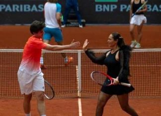 Sanatçı Hülya Avşar, püsküllü tenis kıyafetiyle turnuvaya damga vurdu.