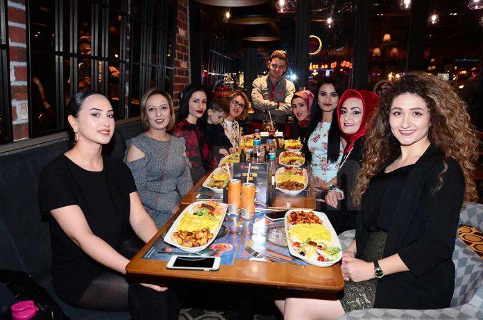 Nira Güzellik Salonu sahibi Emine Çaresiz ve çalışanları sezona merhaba demek için Tavada Tavuk'ta bir araya geldi.
