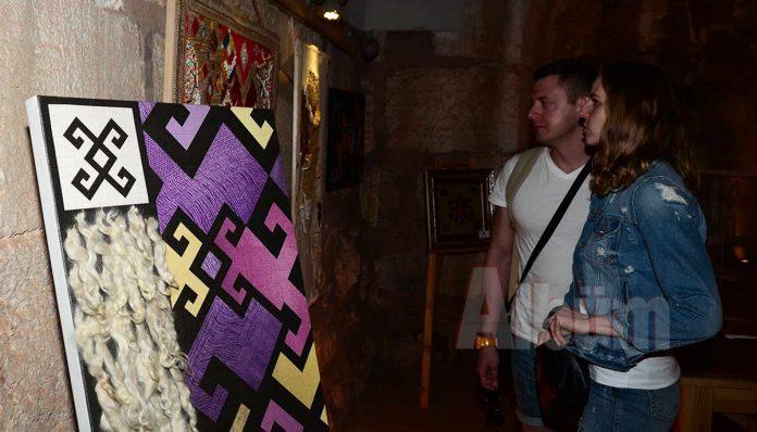 Nuran Say, Alanya'da kişisel sergisini açtı. Tarihi Kızılkule'deki serginin açılışına yabancı üniversitelerden gelen akademisyenler, davetliler, vatandaşlar ve öğrenciler katıldı.