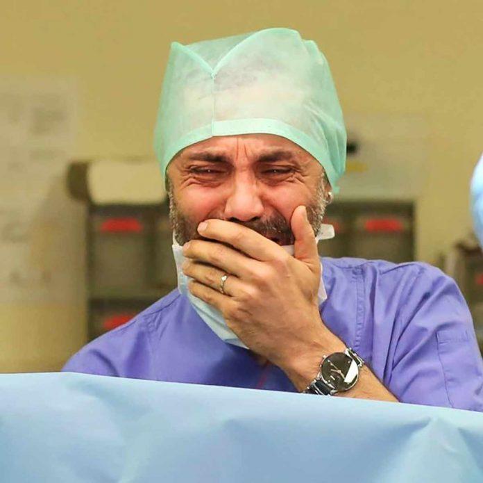 Bir dönem ilgiyle izlenen 'Adanalı' dizisindeki rolüyle ünlenen oyuncu Umut Oğuz, baba oldu. Doğuma giren oyuncu, bebeğini gördüğü anda gözyaşlarına boğuldu.