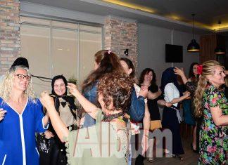 Alanya Belediyespor'un pilates ve yogalates kurslarına katılan kadınlar 'Anneler Günü'nü erken kutladı.