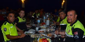 Alanya İlçe Emniyet Müdürlüğü Trafik Şube Amirliği'nde görevli olan polis memuru Talat Yılmaz meslektaşlarıyla birlik ve berabeliği sağlamak için iftar organize etti.