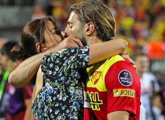 Model Ebru Şancı, Spor Toto Süper Lig'i 34. haftasında Göztepe-Ankaragücü maçına giderek Göztepe'de top koşturan eşi Alpaslan Öztürk'e destek oldu. Maç sonunda poz veren ikili birbirini öpücüklere boğdu.