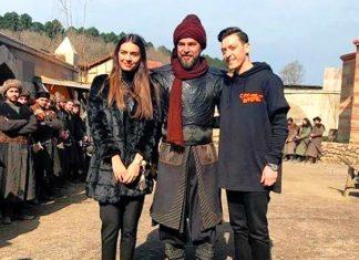 Büyük bir izleyici kitlesi tarafından izlenen 'Diriliş Ertuğrul'un başrol oyuncusu Engin Altan Düzyatan, dizinin hayranı olan Mesut Özil'e düğün hediyesi olarak giydiği zırhlı kostümü hediye etti.